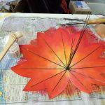 サテン地に革細工用ボンドで葉脈を貼り付けます