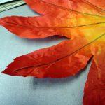 次に一旦、葉を内側に曲げます